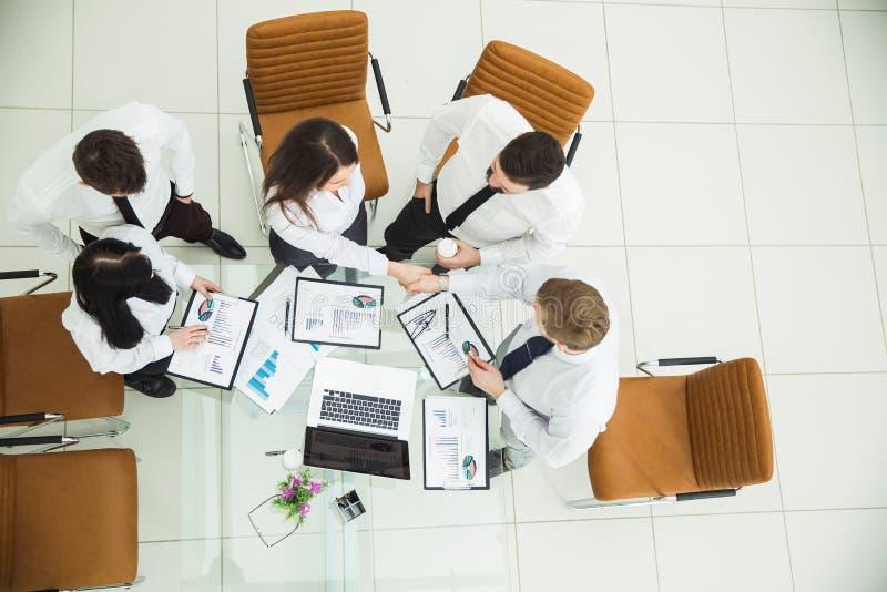 : pomyślne biznes drużyny chwiania ręki z nowymi partnerami biznesowymi po wniosku pieniężny kontrakt wewnątrz obrazy stock