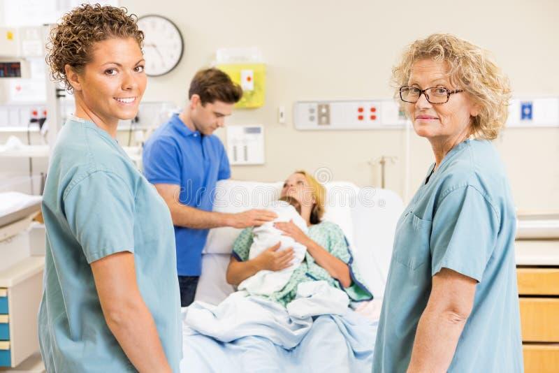 Pomyślne pielęgniarki Stoi Przeciw parze Z zdjęcia stock