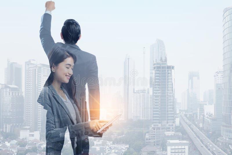 Pomyślni azjatykci ludzie biznesu i nowożytni pejzaże miejscy zdjęcia royalty free