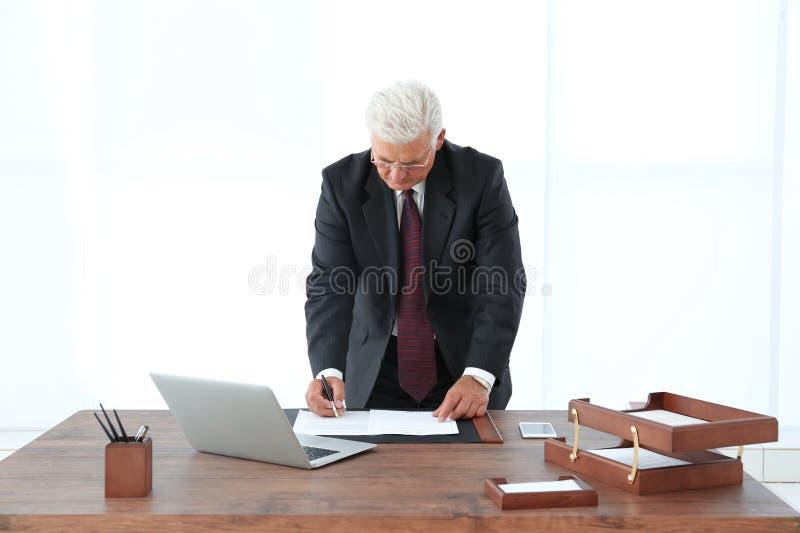 Pomyślni biznesmena podpisywania dokumenty w biurze zdjęcia stock