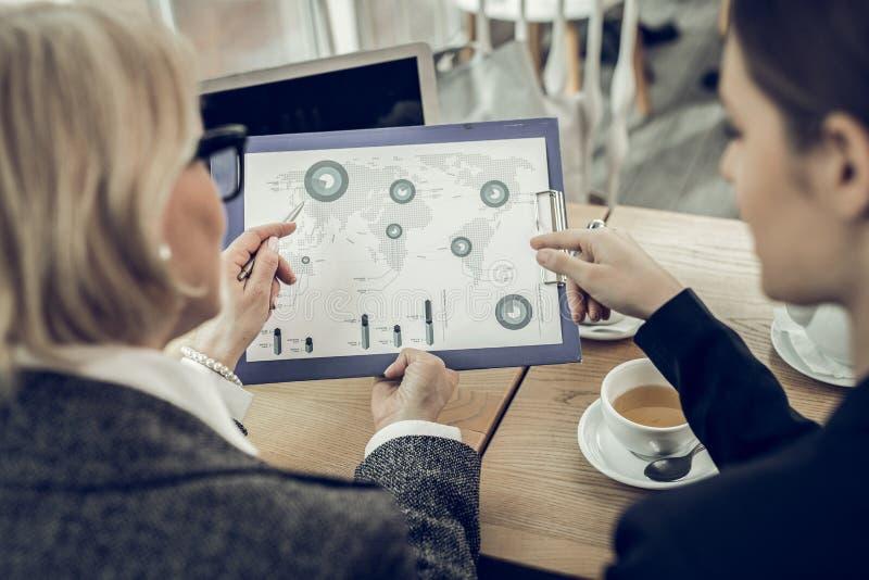 Pomyślni bizneswomany ma nieformalnego spotkania w bufecie zdjęcia royalty free