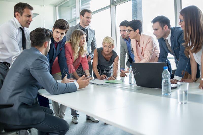 Pomyślni korporacyjni ludzie ma biznesowego spotkania zdjęcie royalty free