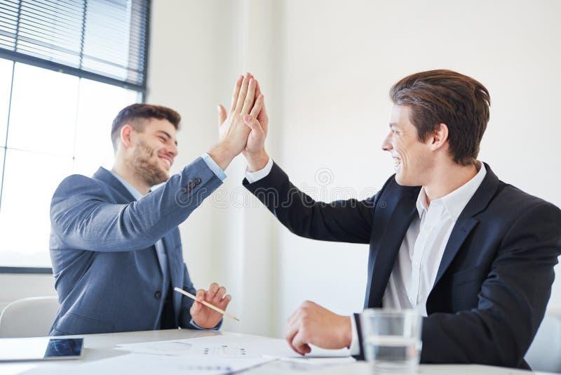Pomyślni ludzie biznesu daje wysokości Pięć obraz stock
