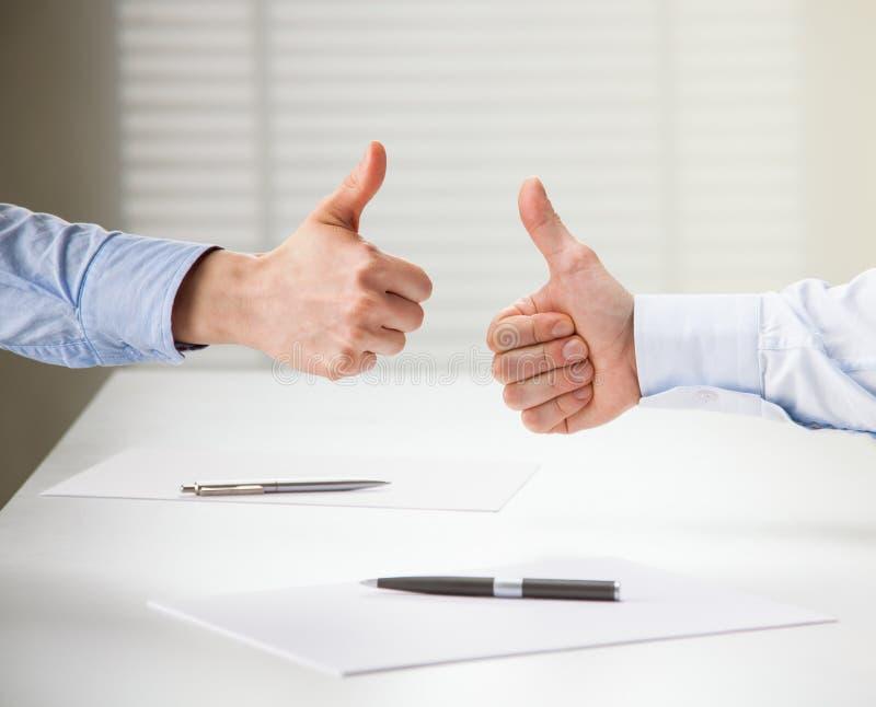 Pomyślni ludzie biznesu pokazuje aprobata znaka obraz stock