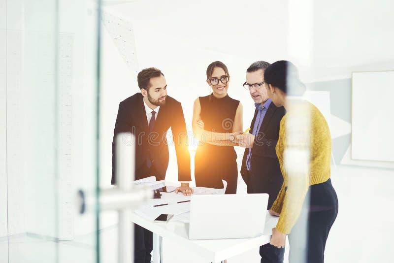 Pomyślni partnery biznesowi w pracie obrazy royalty free