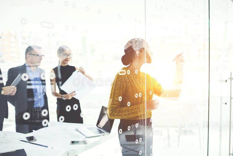 Pomyślni partnery biznesowi wyjaśnia nową informację w biurze w pracie zdjęcia stock