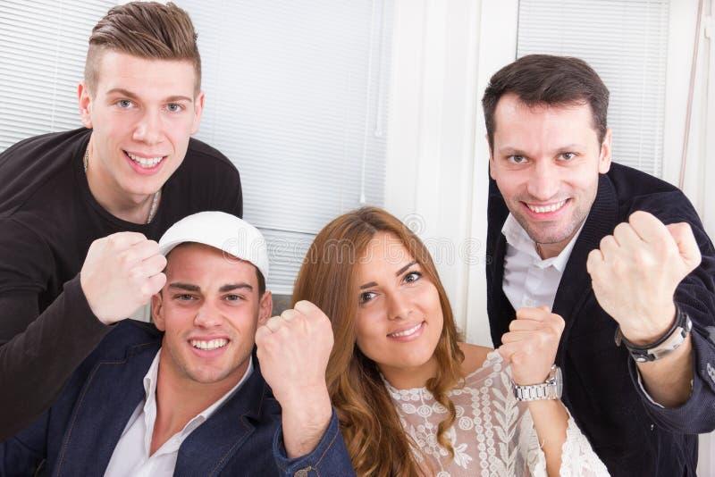 Pomyślni z podnieceniem drużynowi ludzie wygrywa pokazywać szczęście z cl zdjęcie royalty free