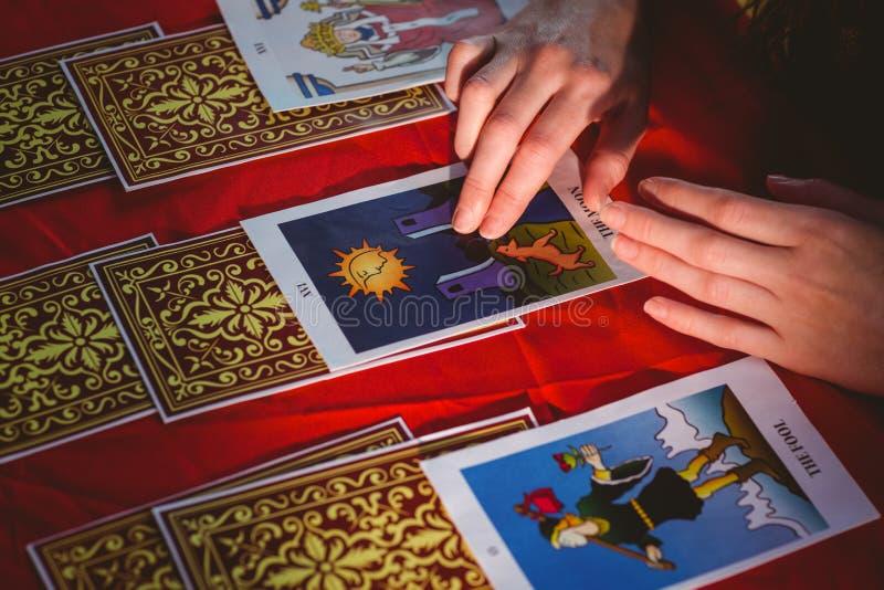 Pomyślność narrator używa tarot karty fotografia royalty free
