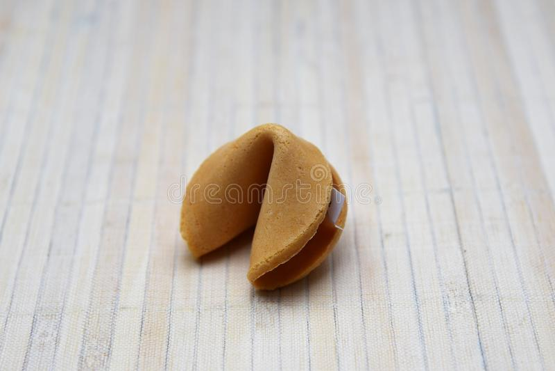 Pomyślności ciastko na bambusowym tle obrazy stock
