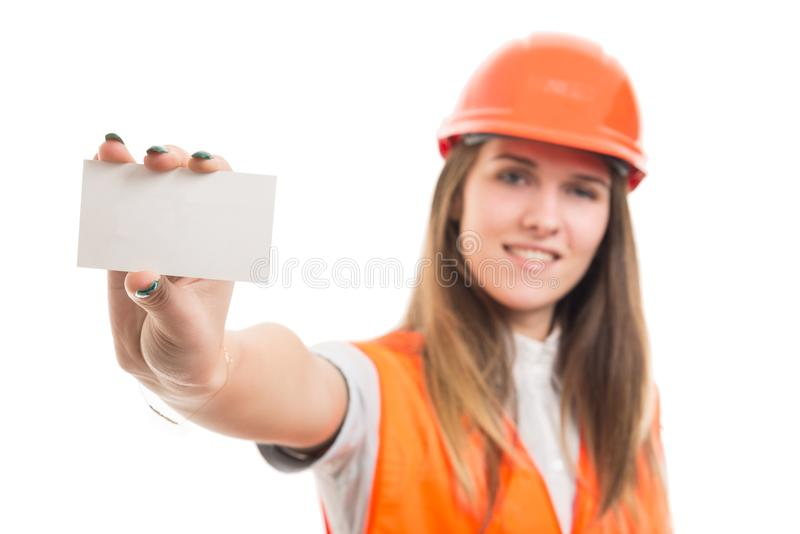 Pomyślny żeński inżynier pokazuje pustą wizyty kartę obraz royalty free