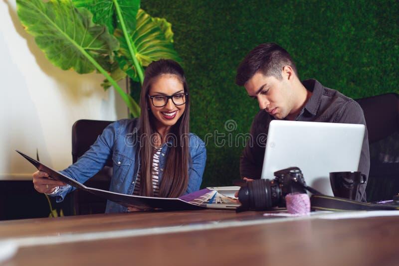 Pomyślny żeński projektant wnętrz pracuje na nowym projekcie z klientem - wizerunek zdjęcie royalty free