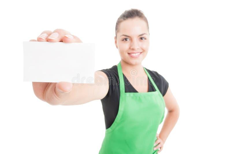 Pomyślny żeński sprzedawca pokazuje pustą wizytówkę fotografia royalty free
