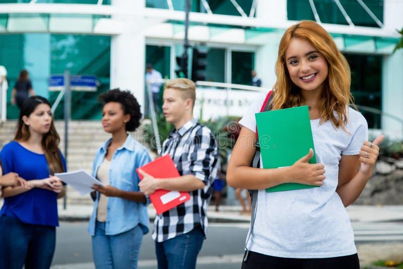 Pomyślny amerykański żeński uczeń z grupą zawody międzynarodowi p obrazy royalty free