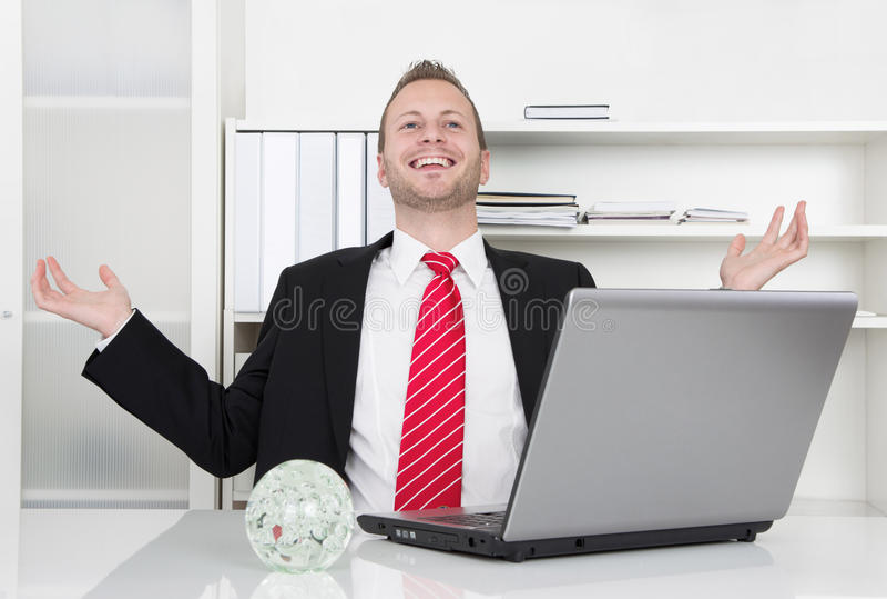 Pomyślny biznesmen śmia się z rękami, up laptopem i fotografia stock