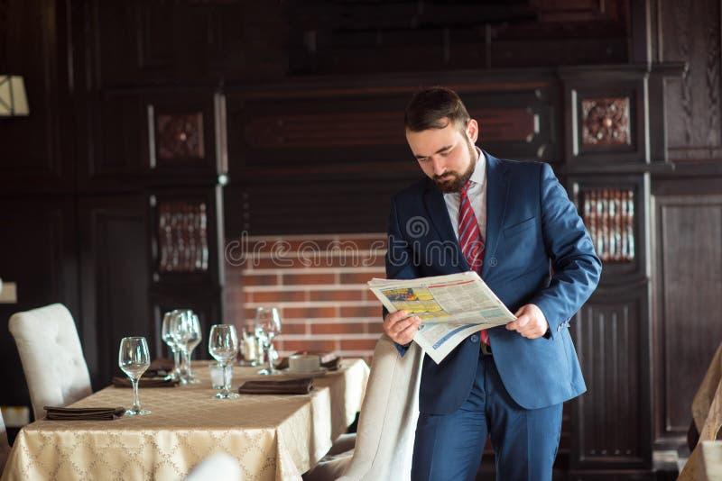 Pomyślny biznesmen czyta gazetę zdjęcie royalty free
