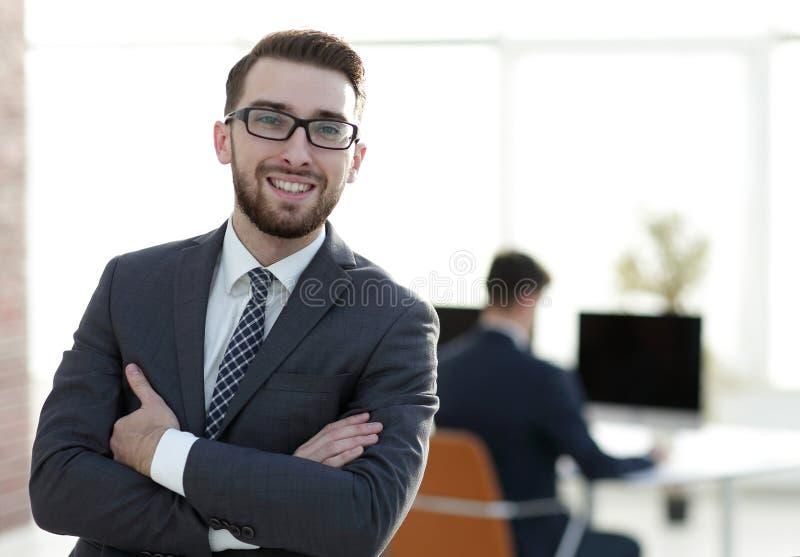 Pomyślny biznesmen na tle biuro obrazy royalty free