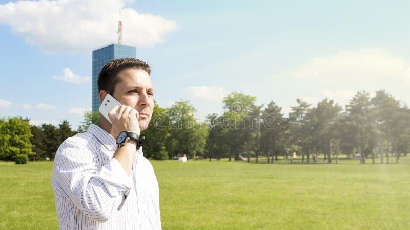 Pomyślny biznesmen Opowiada Na telefonie fotografia stock