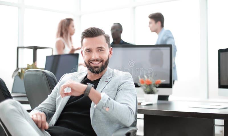Pomyślny biznesmen w kreatywnie biurze obraz stock