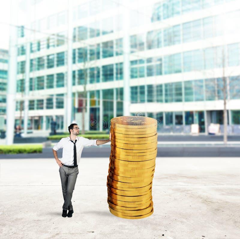 Pomyślny biznesmen z stosem pieniądze obraz stock