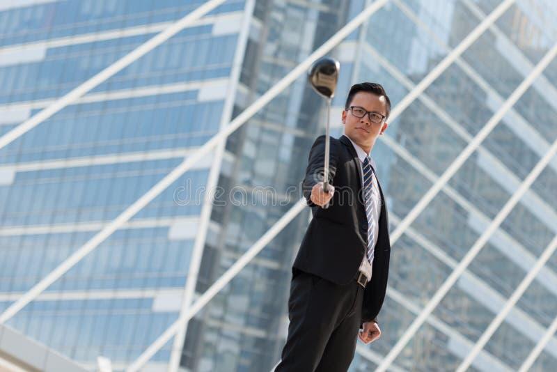 pomyślny biznesmena kostium ręka trzyma golfowego wyposażenie stan zdjęcia royalty free