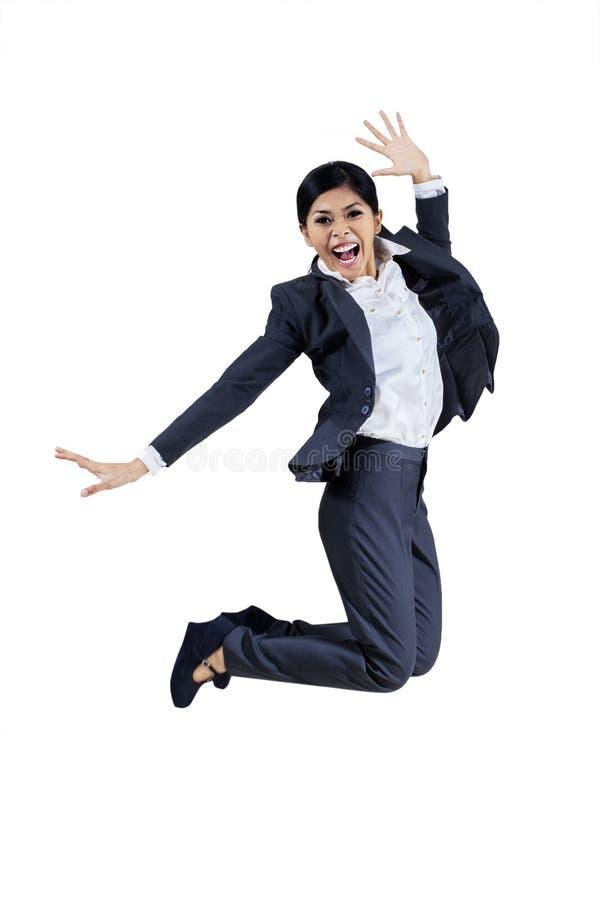 Pomyślny bizneswomanu doskakiwanie odizolowywa na bielu zdjęcie stock