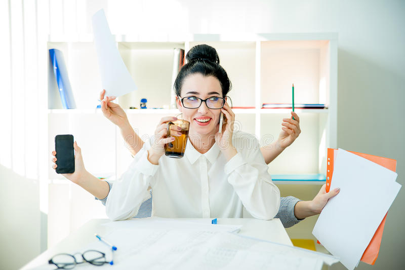 Pomyślny bizneswomanu multitasking obraz stock