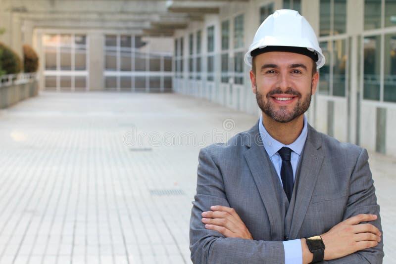 Pomyślny budowa pracownik z rękami krzyżować zdjęcie royalty free