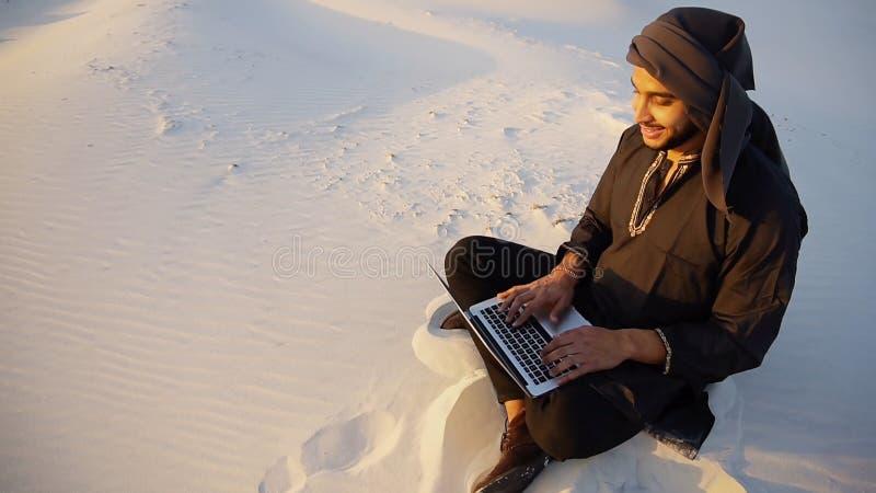 Pomyślny Emirati biznesmen czyta plan biznesowego i siedzi na w zdjęcia stock