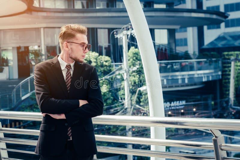 Pomyślny handlowa pojęcie: biznesmena szczęśliwy inwestować, r m fotografia royalty free