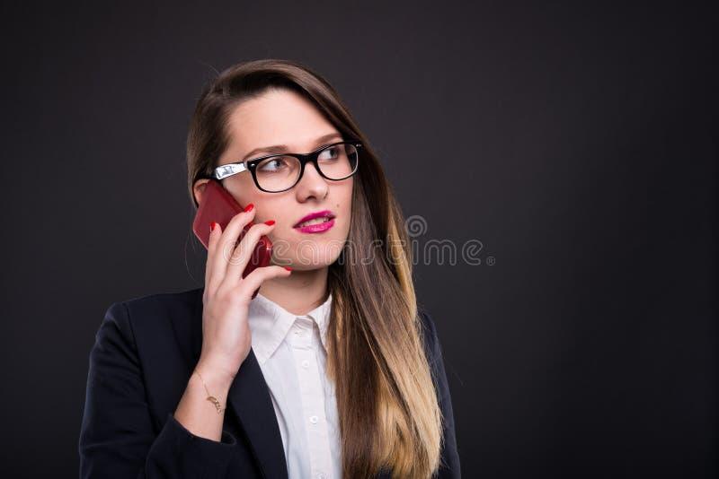 Pomyślny i ruchliwie żeński kierownik opowiada na telefonie komórkowym obrazy royalty free