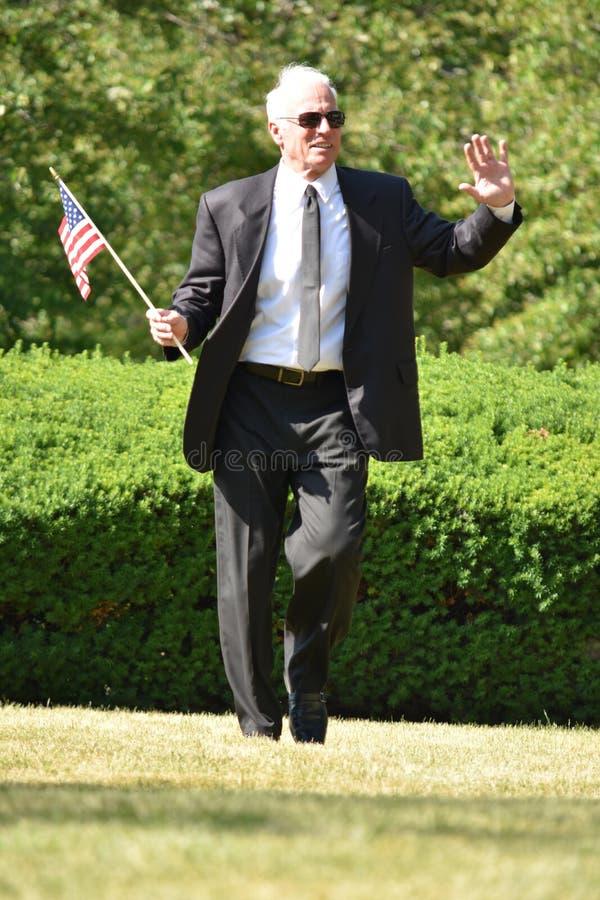 Pomyślny Męski polityka senator Z Usa flagi odprowadzeniem zdjęcia royalty free