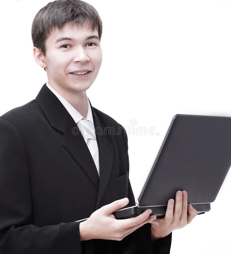 Pomyślny młody biznesmen trzyma laptop otwarty zdjęcie stock