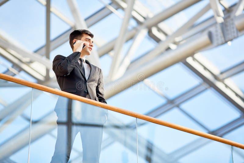 Pomyślny Młody biznesmena mówienie telefonem obraz stock