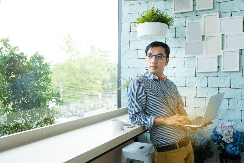 Pomyślny młody coworking pracownika azjatykci mężczyzna w przypadkowej sukni obrazy stock