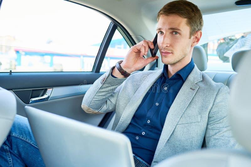 Pomyślny młody człowiek w samochodzie obraz royalty free