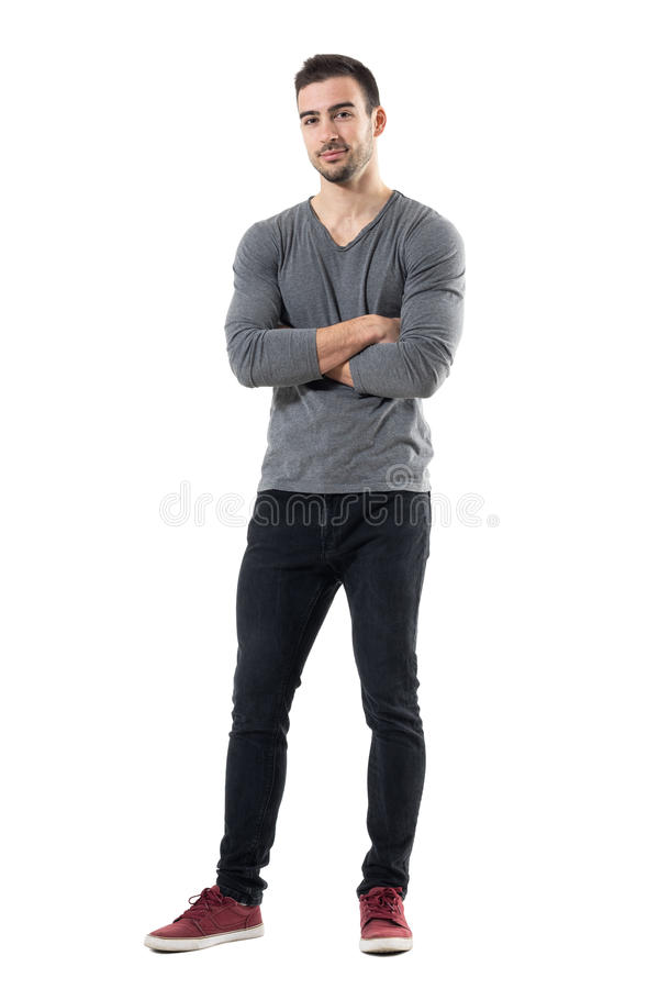 Pomyślny młody przystojny przypadkowy mężczyzna z krzyżuję ręk ono uśmiecha się obraz stock