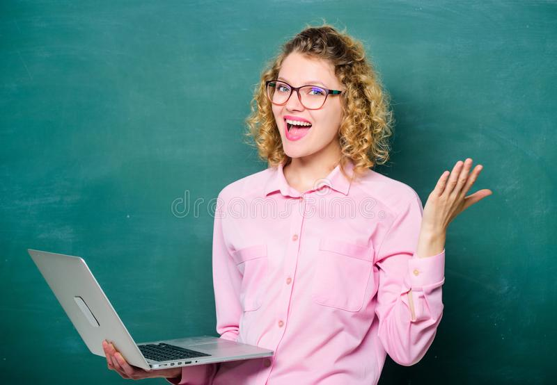 Pomyślny szczęśliwy uczeń w szkłach z laptopem edukacja w sieci Szko?a biznesu nowoczesna technologia Dziewczyna w nowo?ytnym zdjęcie stock