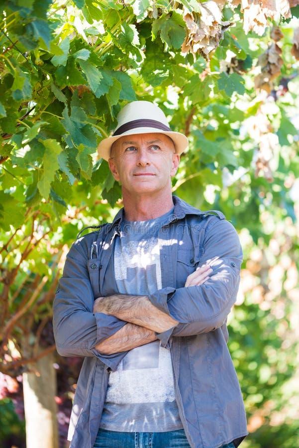 Pomyślny winemaker przy ich winnicą zdjęcia royalty free