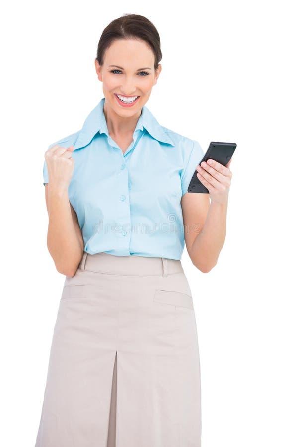Pomyślny z klasą bizneswoman używa kalkulatora zdjęcie royalty free