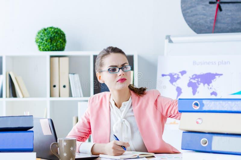Pomy?lna biznesowa kobieta przy nowo?ytnym biurem zdjęcie stock