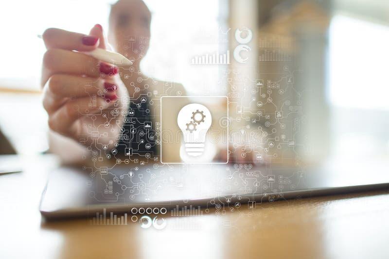 pomysł Inżynierii rozwiązanie Innowacja i przemysłowa automatyzacja jako pojęcie Technologiczny plan z lampą zdjęcia stock