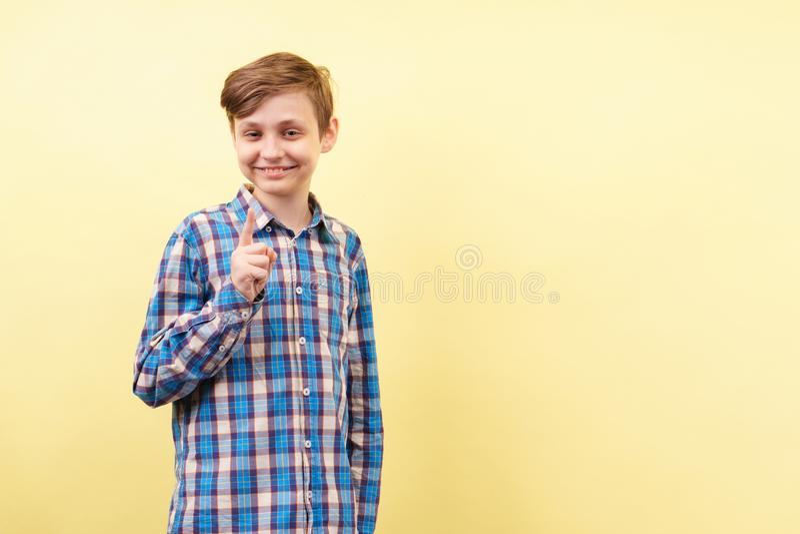 Pomysł, oświeca, wgląd, uśmiechający się chłopiec uśmiech fotografia stock