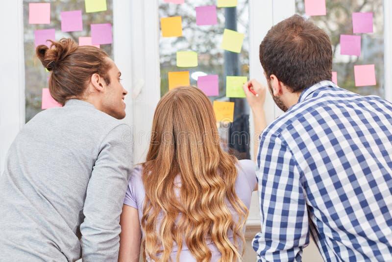 Pomysły na ślizganiach w brainstorming konwersatorium obrazy stock