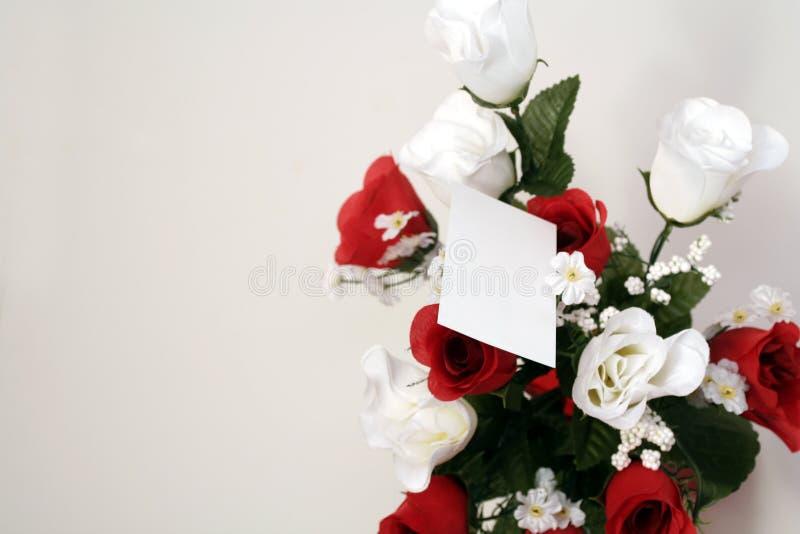ponad białymi różami fotografia stock