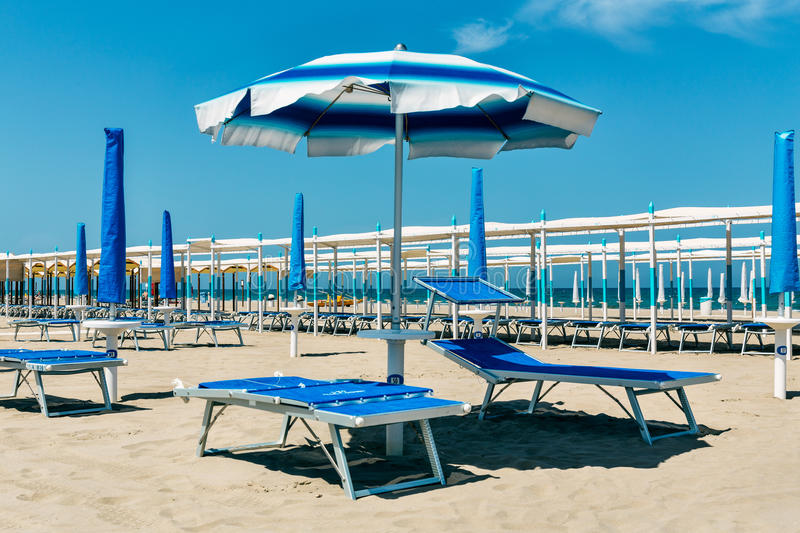 poncez la plage avec la chaise longue et les parapluies riccione rimini il photo stock image. Black Bedroom Furniture Sets. Home Design Ideas