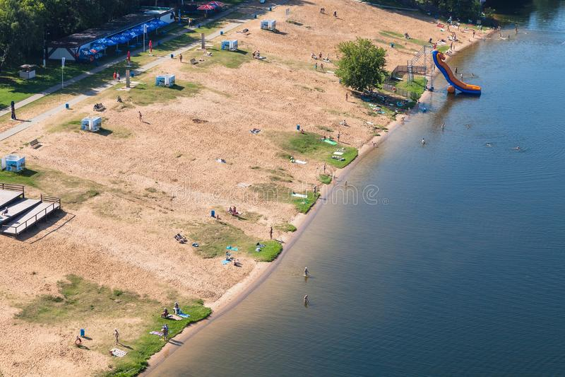 Poncez la plage dans la baie pittoresque de la rivière de Moscou photo stock