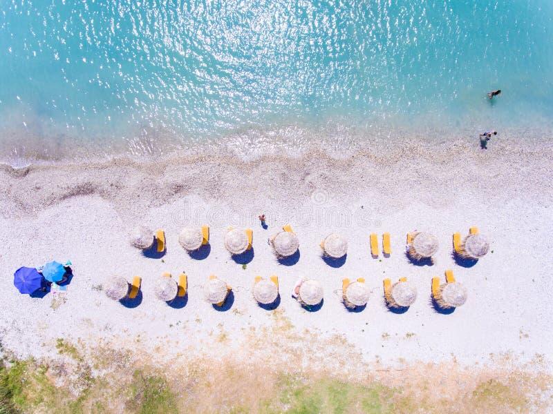 Poncez la plage dans la vue aérienne de la Grèce avec des parapluies et des lits pliants images stock