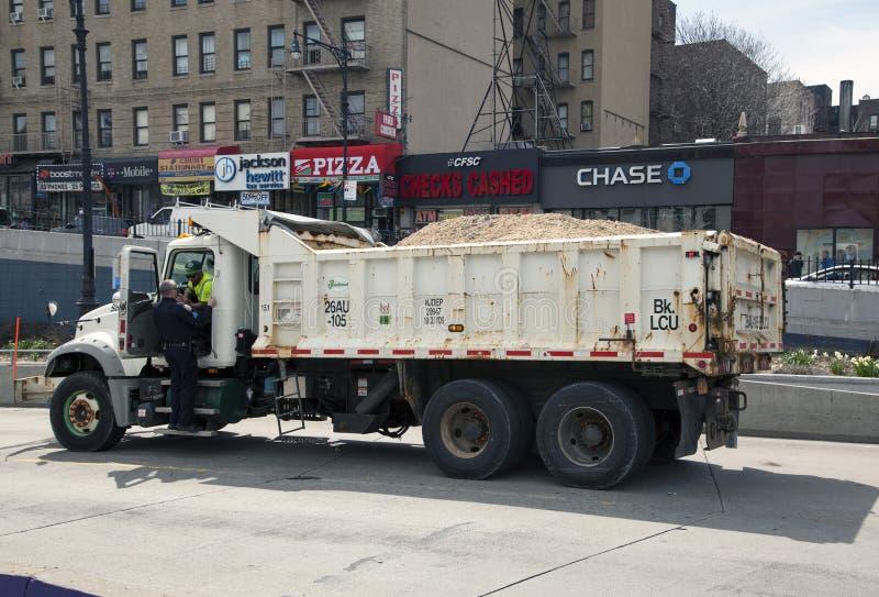 Poncez le camion avec l'entretien de travailleur et de police d'hygiène pendant l'ouverture image stock