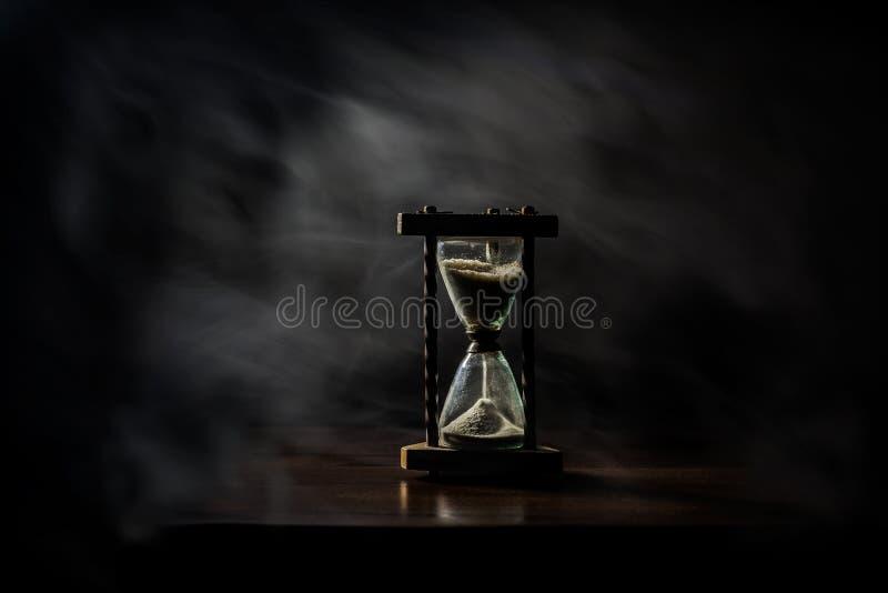 Poncez le verre, verre d'heure, verre minuscule Le temps s'écoule Le dépassement, temps, coule image stock