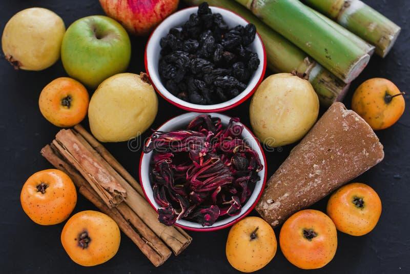 Ponche DE frutas Mexico, Traditionele Mexicaanse stempelingrediënten stock afbeeldingen